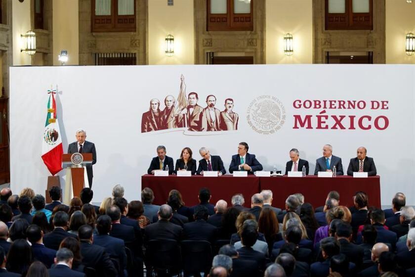 El presidente de México, Andrés Manuel López Obrador (izq), habla hoy durante la XXX Reunión de Embajadores y Cónsules celebrada en Ciudad de México (México). EFE