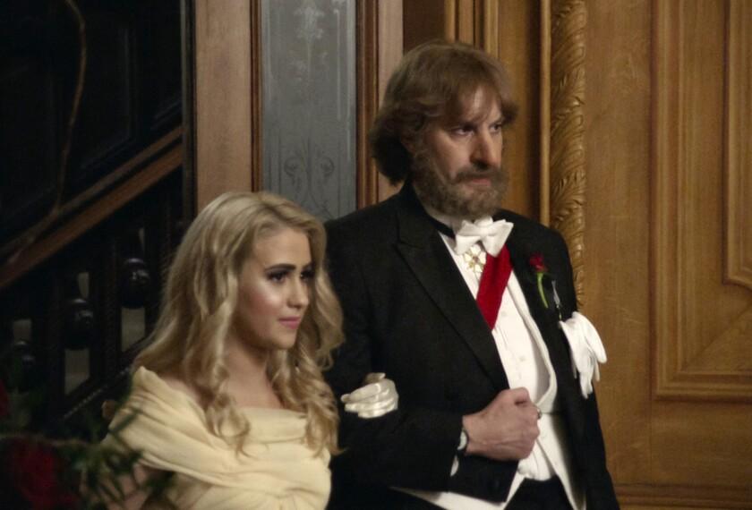 """Maria Bakalova, a la izquierda, y Sacha Baron Cohen en una escena de """"Borat Subsequent Moviefilm"""""""