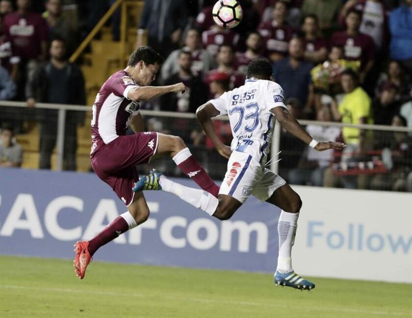El jugador del Sapprisa Daniel Colindres (i) disputa el balón con Óscar Murillo (d), del Pachuca, hoy, martes 21 de febrero de 2017, durante un partido por la Liga de Campeones de la Concacaf, en San José (Costa Rica). EFE