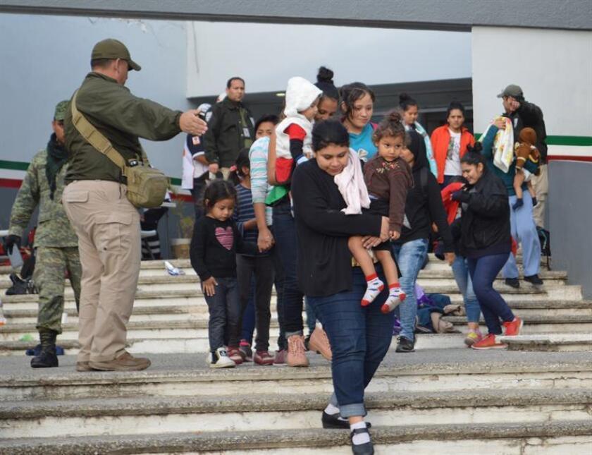 Personal del Instituto Nacional de Migración de México conduce a un grupo de inmigrante interceptados hoy, sábado 3 de febrero de 2018, en Tamaulipas (México). EFE