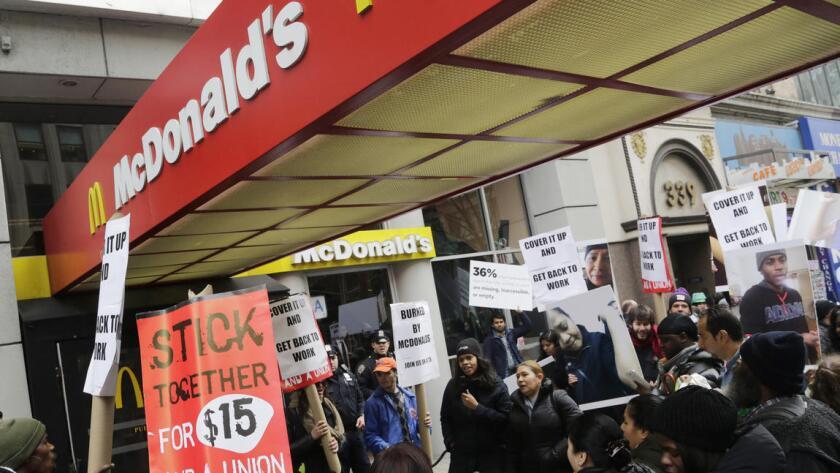Docenas de empleados de McDonalds se manifiestan a favor de un salario mínimo de 15 dólares la hora.