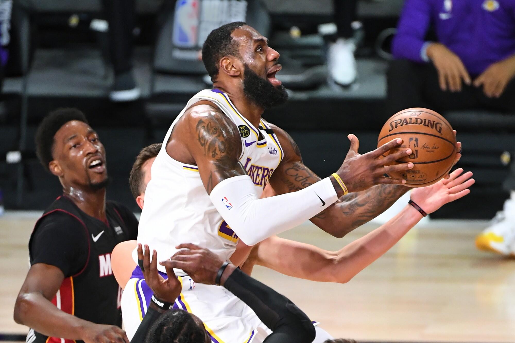 Lakers LeBron James beats the Heat defense top score a basket