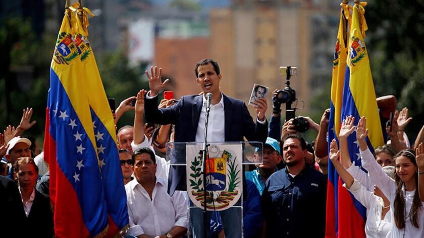 """Juan Guaidó, líder opositor y presidente de la Asamblea Nacional, se declara presidente """"encargado"""" de Venezuela durante un evento público demandando la renuncia del mandatario Nicolás Maduro en Caracas, Venezuela."""