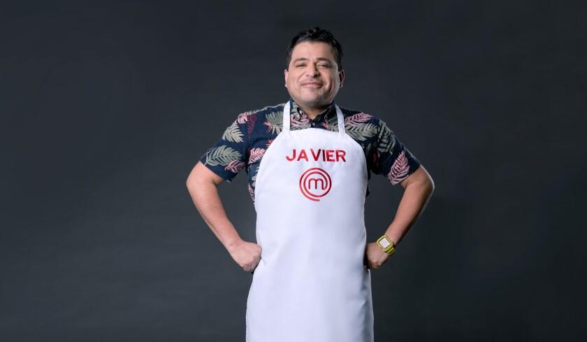 """Javier Seañez.Mexicano de 36 años que vive en Guaynabo, Puerto Rico. Se mudó a la isla caribeña porque se enamoró de quien se convertiría en su esposo y aunque su matrimonio, lamentablemente, culminó en divorcio, él sigue echando raíces en la isla, abriéndose paso con sus, cada vez más solicitadas, tortillas artesanales. Su sueño es demostrarle al mundo que la cocina mexicana no consiste solo en tacos, razón que lo inspiró a entrar a """"MasterChef Latino""""."""