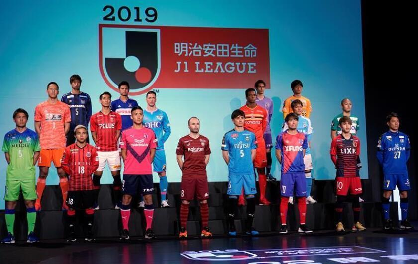 Los futbolistas españoles Andres Iniesta (c) y Fernando Torres (3i, segunda fila) posan junto a otros jugadores durante una sesión de fotos con motivo del arranque de la temporada 2019 de la liga japonesa. EFE