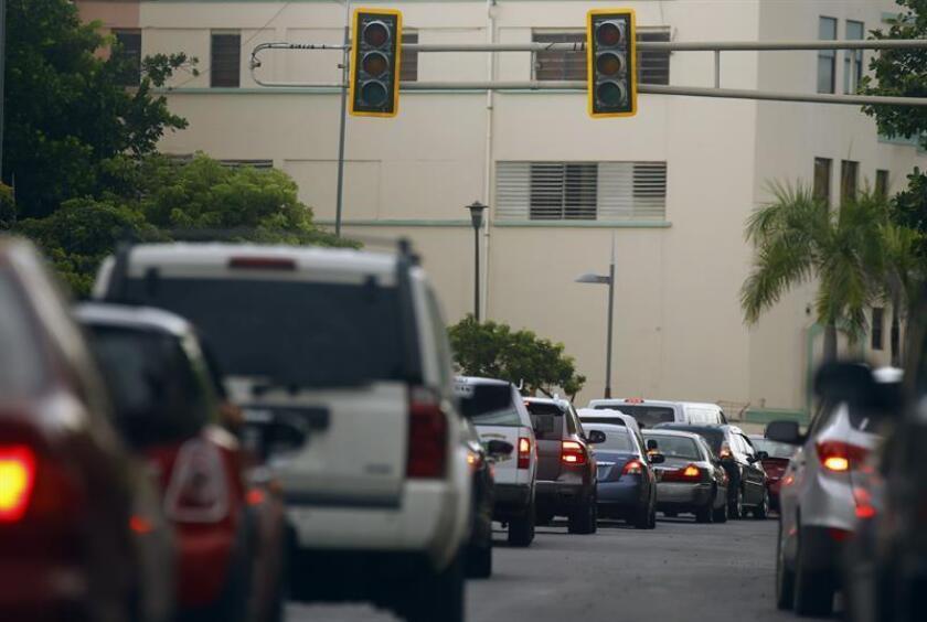 El presidente de la Comisión de Transportación e Infraestructura de la Cámara de Puerto Rico, José Luis Rivera, pidió a la Autoridad de Carreteras y Transportación (ACT) adquirir semáforos que se alimenten con energía solar para que sean instalados en las intersecciones principales. EFE/ARCHIVO