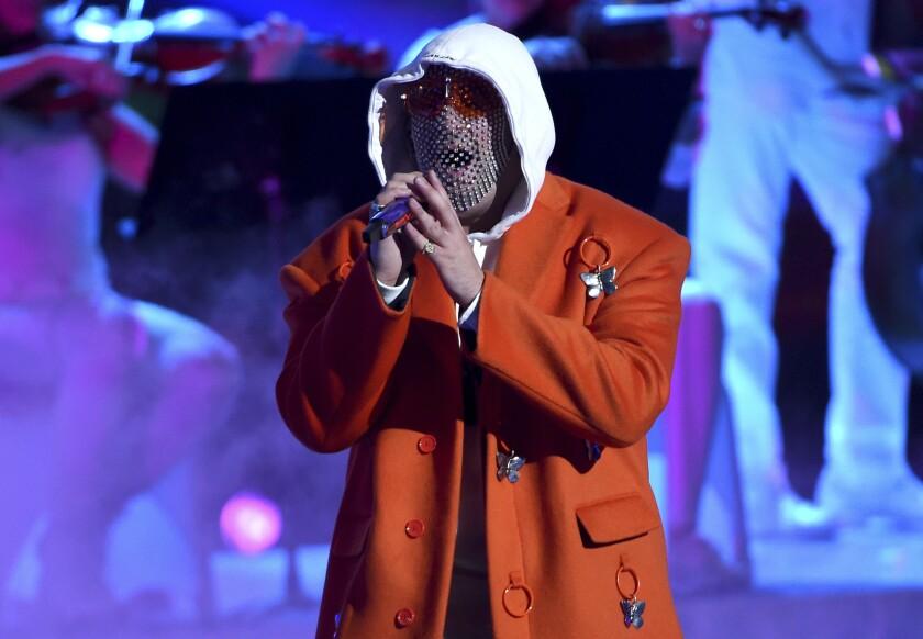 En esta foto del 14 de noviembre del 2019, Bad Bunny actúa en la 20ma entrega anual de los Latin Grammy en Las Vegas. La gira de Bad Bunny está entre las más lucrativas del momento a nivel mundial, según la lista semanal de Pollstar. (AP Foto/Chris Pizzello, Archivo)