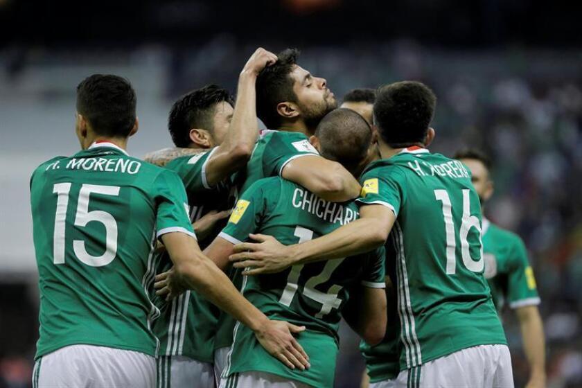 Los jugadores de la selección de México celebran una anotación contra Costa Rica. EFE / Archivo