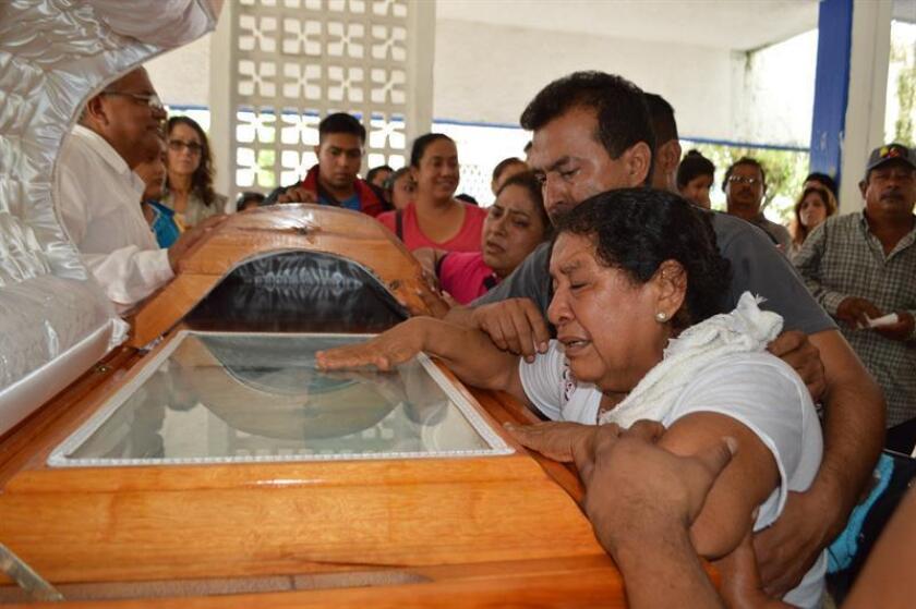 Fotografía de archivo de los familiares del periodista Pedro Tamayo durante un funeral realizado en el municipio de Tierra Blanca, en el estado mexicano de Veracruz. EFE/Archivo