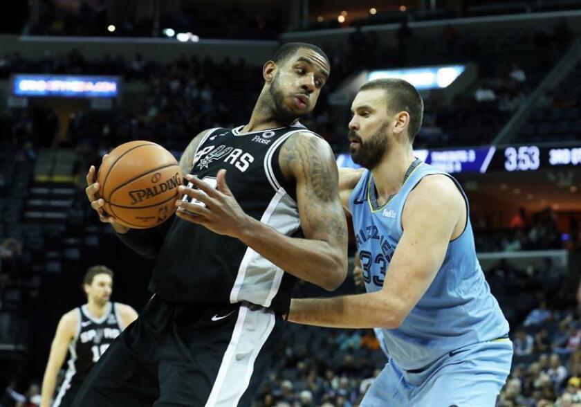 En la imagen, el jugador LaMarcus Aldridge (i) de los Spurs. EFE/Archivo