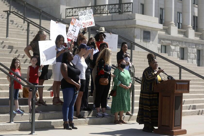 Betty Sawyer habla durante una pequeña manifestación de maestros y activisats críticos de los planes