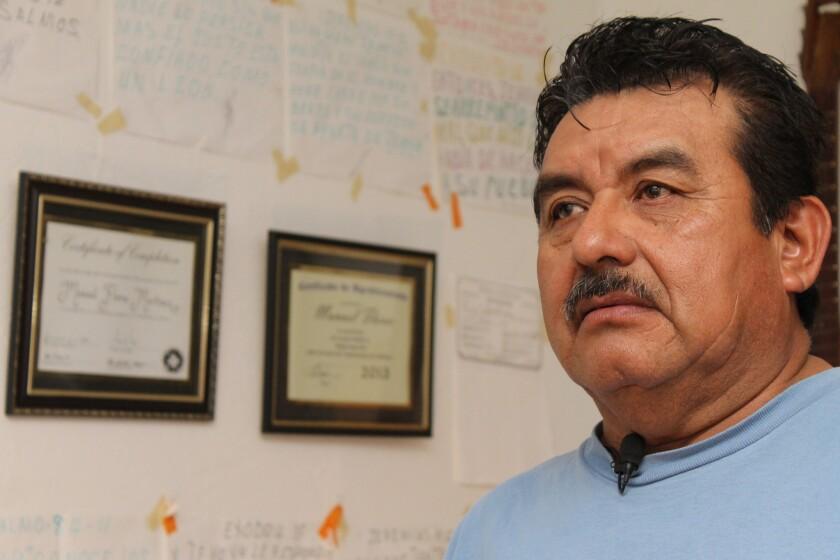 Manuel Martínez está rodeado de versos de la biblia pegados en las paredes de su cuarto, asegura que Dios le da la fuerza para seguir en la lucha a pesar de su tristeza.