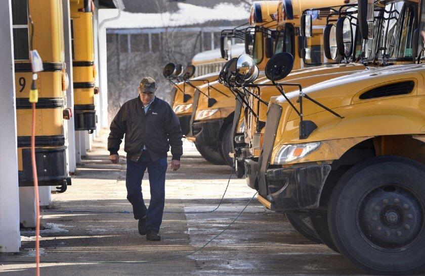 Algunos estados como Arkansas y Wisconsin ya requieren que autobuses escolares con cierta cantidad de pasajeros y menores de edad, estén equipados.