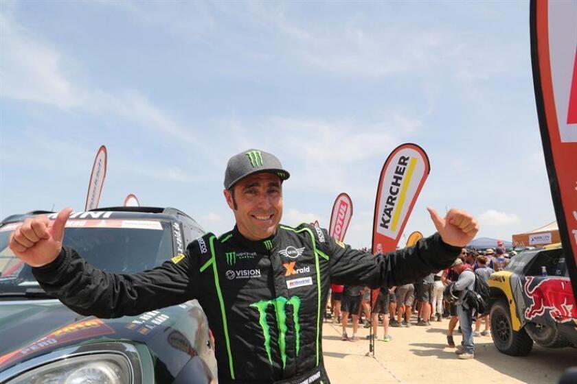 El piloto español Nani Roma celebra tras ganar el segundo lugar en el Rally Dakar 2019, este jueves en Pisco (Perú). EFE