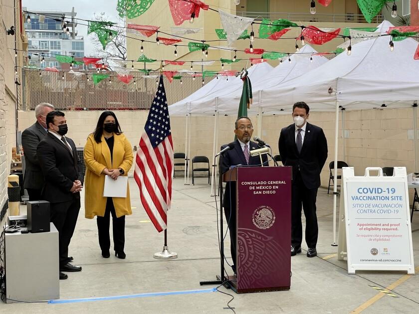 El cónsul general de México en San Diego, Carlos González (centro) en rueda de prensa