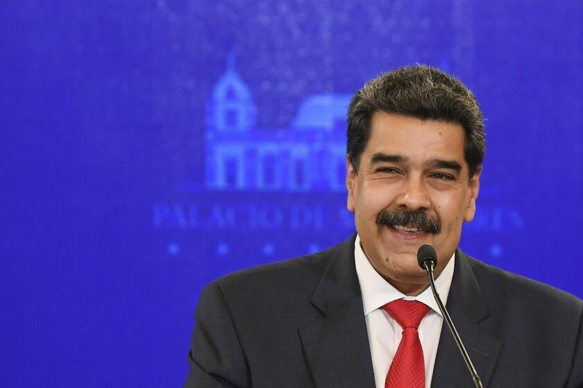 ARCHIVO - En esta foto de archivo del 8 de diciembre de 2020, el presidente de Venezuela, Nicolás Maduro, sonríe durante una conferencia de prensa en el palacio presidencial de Miraflores en Caracas, Venezuela, el martes 8 de diciembre de 2020. Maduro ha enfrentado cargos de presunto narcoterrorismo, corrupción y narcotráfico por tribunales federales de EEUU desde marzo de 2020. (AP Foto/Matias Delacroix, Archivo)