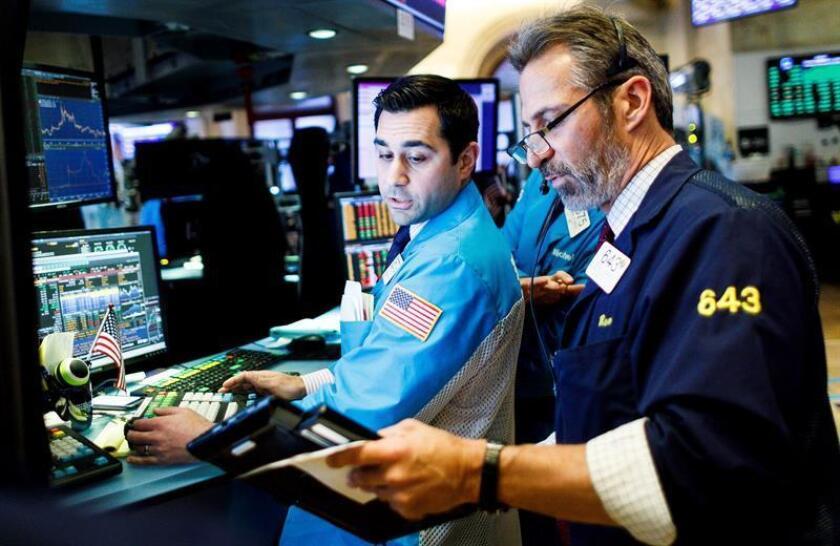 Corredores de bolsa trabajan en la Bolsa de Nueva York (EE.UU.). EFE/Archivo