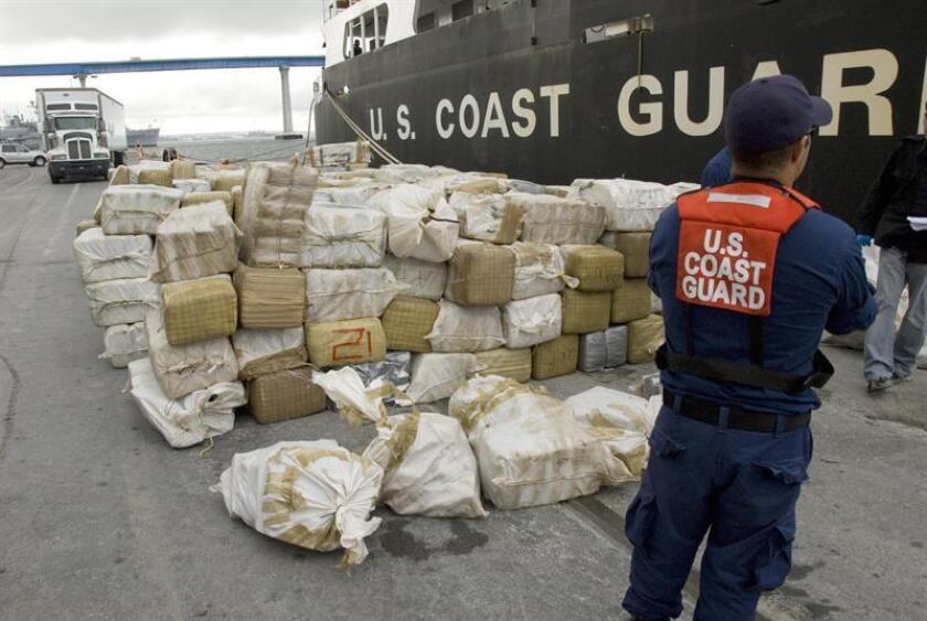 La Guardia Costera estadounidense descargó hoy en el puerto de San Diego, California, un cargamento de más de 11 toneladas de cocaína, interceptado en los últimos dos meses en aguas internacionales. EFE/USCG/HENRY G. DUNPHY/USO EDITORIAL SOLAMENTE/NO VENTAS