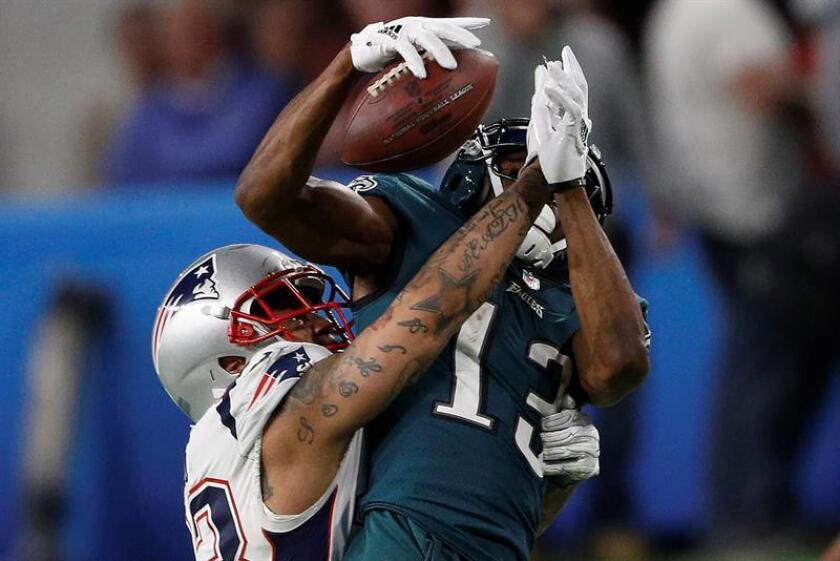 Philadelphia Eagles wide receiver Nelson Agholor (R) makes a first down catch as New England Patriots strong safety Patrick Chung makes the tackle in the fourth quarter of Super Bowl LII at US Bank Stadium in Minneapolis, Minnesota, USA, 04 February 2018. EFE