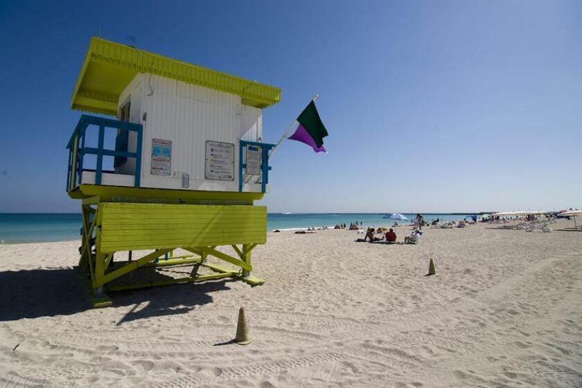 Seis de las icónicas y coloridas casetas de socorristas situadas a lo largo de la famosa playa de Miami Beach han salido a subasta por internet, con precios de salida que van desde los 200 a los 400 dólares, según la empresa subastadora. EFE/Archivo