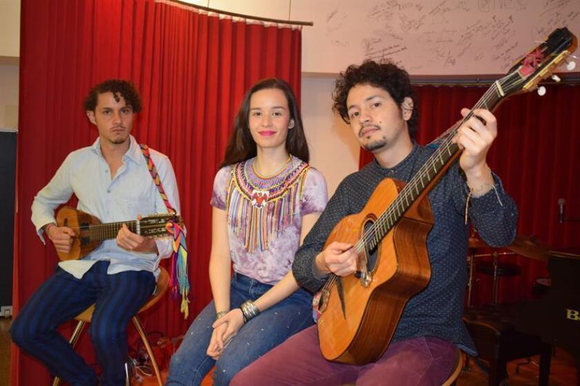 De izquierda a derecha, los integrantes del grupo musical colombiano Monsieur Periné Santiago Prieto (cuerdas), Catalina García (vocalista) y Nicolás Junca (guitarra) posan durante una entrevista con Efe hoy, miércoles 14 de diciembre 2016, en Miami, Florida (EE.UU.). EFE