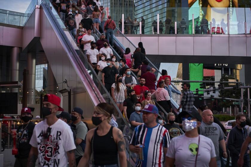 Personas caminan por Las Vegas Boulevard el sábado 24 de abril de 2021, en Las Vegas.