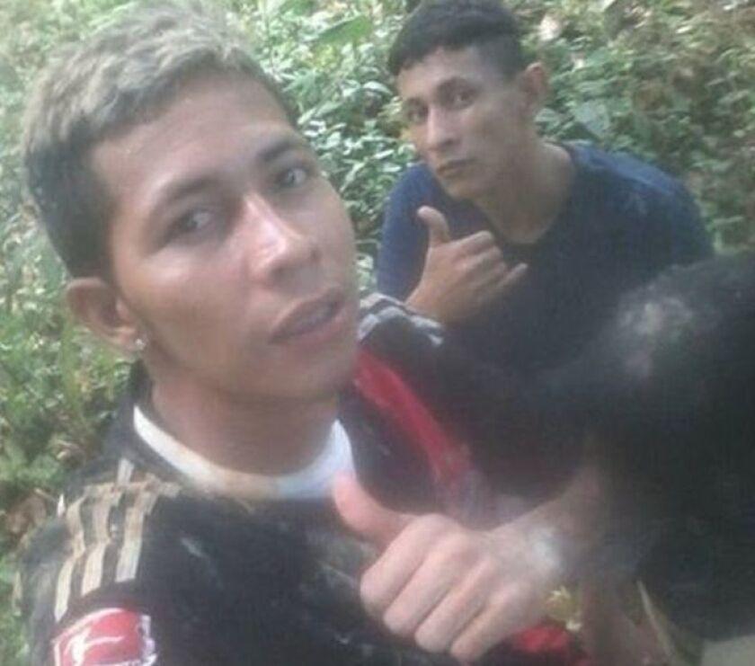 Brayan Bremer, quien estaba cumpliendo una sentencia por robo, aparece una de las fotos en medio de la selva amazónica y con el pulgar hacia arriba, presumiendo de su escape.