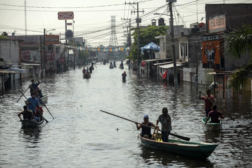 Residentes usan balsas para navegar por las calles inundadas en Villahermosa,
