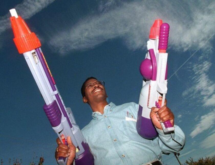 """Lonnie Johnson con dos """"Super Soakers"""" inventadas por él."""