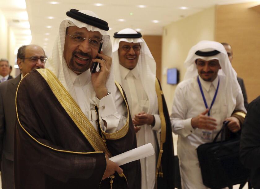 El ministro de Energía saudí, Khaled al-Faleh (i), durante el XV Foro Internacional de Energía (IEF), en Argel, Argelia, 28 de septiembre de 2016. El precio del crudo es el principal tema de discusión del IEF, en el que se analizará el futuro del sector, con la asistencia de representantes de las principales compañías energéticas mundiales y expertos procedentes de 72 países. EFE/MOHAMED MESSARA