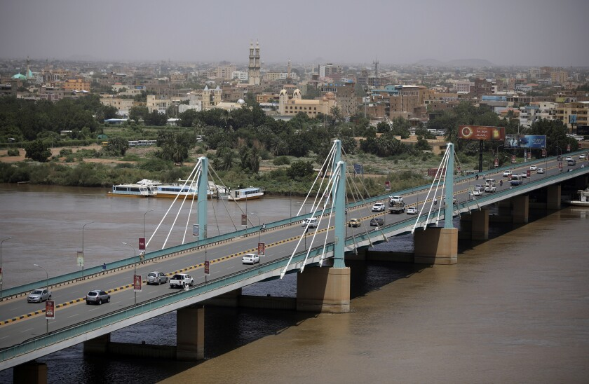 Varios autos pasan por un puente en la capital de Sudán, Jartum, el martes 21 de septiembre de 2021. Las autoridades sudanesas reportaron el martes un intento de golpe de Estado de un grupo de soldados, pero señalaron que la insurrección había fracasado y el Ejército seguía bajo control. (AP Foto/Marwan Ali)