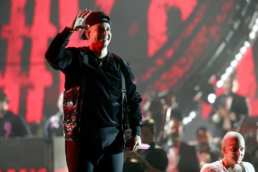 Daddy Yankee rinde homenaje a las mujeres con cáncer a través de una espectacular presentación.