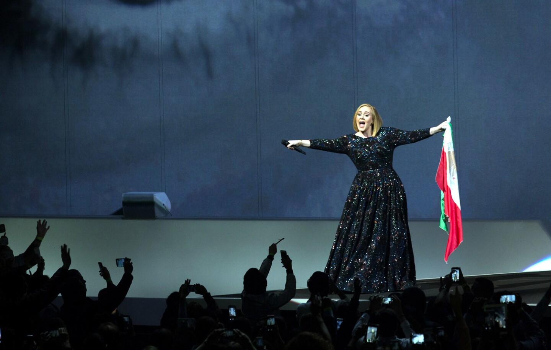 La cantante sorprendió a los eufóricos fans al aparecer a mitad del recinto en un pequeño escenario, desde donde emergió e inició con 'Hello' y de ahí se fue al al escenario principal, tomó una bandera de México, se envolvió en ella y los fans se le entregaron.