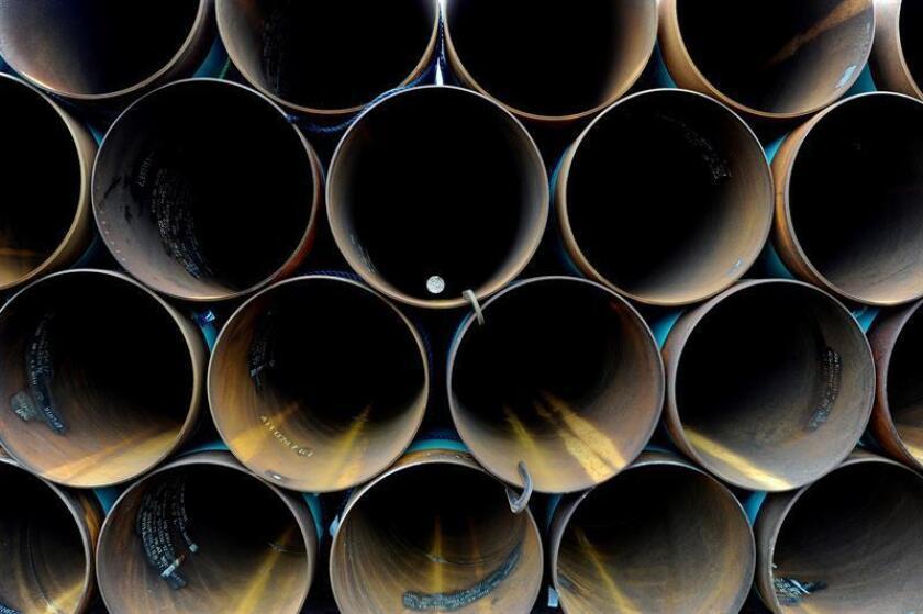Foto de archivo de varias tuberías de la sección del oleoducto Keystone XL entre Cushing, Oklahoma, y el Golfo de México, apiladas en un almacén cerca de Cushing (Estados Unidos) el 21 de marzo de 2012. EFE