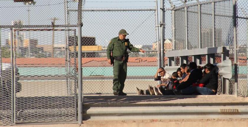Migrantes cruzan frontera México-EEUU y se entregan a autoridades en EEUU