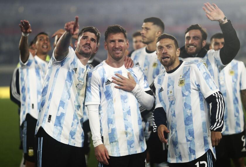 Los jugadores de la selección de Argentina festejan al final de su partido ante Bolivia