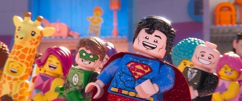 """Fotograma cedido por Warner Bros. donde aparecen los personajes (de i. a d.) Green Lantern, Superman y Lex Luthor, durante una escena de la película de animación """"The Lego Movie 2: The Second Part"""". EFE/Warner Bros./SOLO USO EDITORIAL/NO VENTAS"""