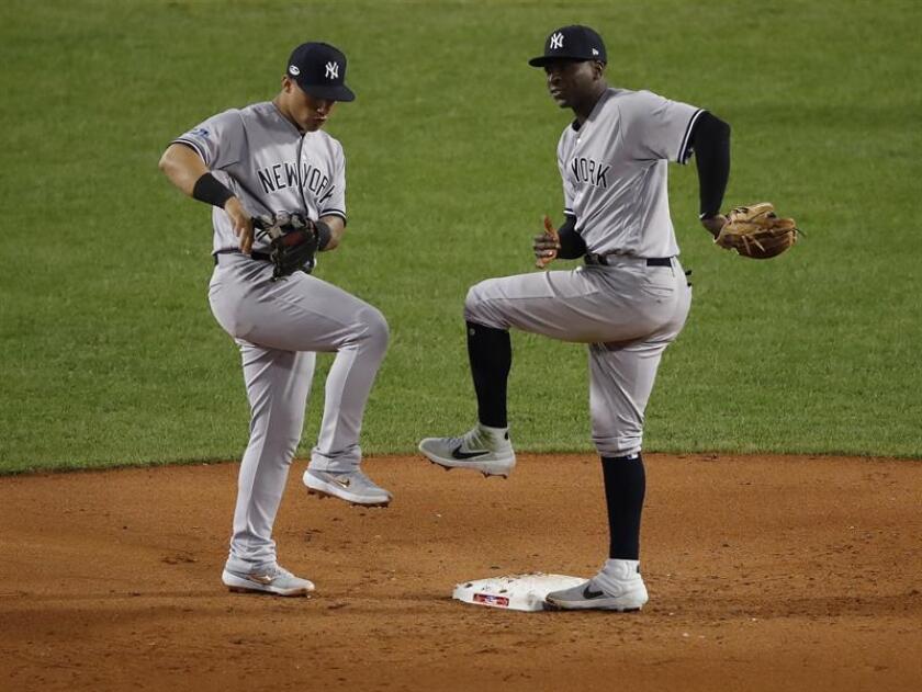 Los jugadores de los Yankees de Nueva York Gleyber Torres (i) y Didi Grigorius celebran después de derrotar a los Medias Rojas de Boston 6-2 en el juego de la Serie de División de la Liga Americana dos en el Fenway Park en Boston. EFE