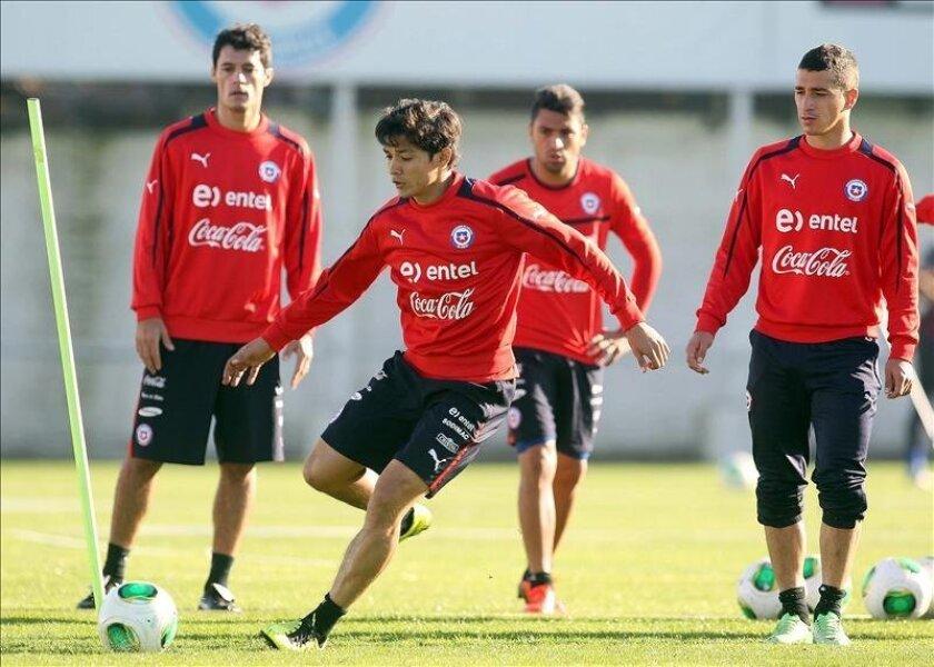 Los jugadores de la selección de fútbol de Chile (De izquierda a derecha) Marcos González, Matías Fernández, Gonzalo Jara y Carlos Carmona durante un entrenamiento este martes 4 de junio de 2013, en Santiago (Chile). EFE