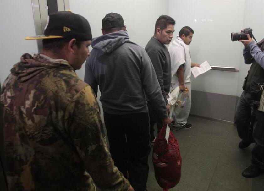 Los 53 migrantes, entre los que se encontraban doce menores de edad, fueron conducidos a instalaciones mexicanas de migración para que puedan recibir la asistencia consular pertinente. En la imagen el registro de otros inmigrantes indocumentados. EFE/Archivo