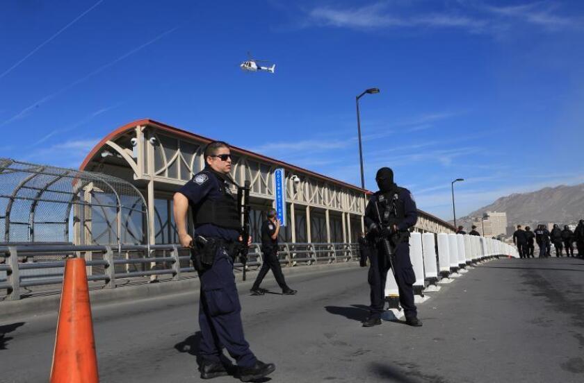 Familias migrantes colapsan ciudades fronterizas y son llevados a Colorado