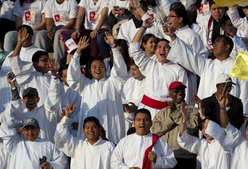 Religiosos animan y cantan mientras esperan la llegada del papa Francisco al estadio Venustiano Carranza en Morelia, México. En su viaje de un día a la capital del estado de Michoacán el papa se reunirá también con la juventud y hará una visita a la catedral de Morelia. (Foto AP/Rebecca Blackwell)