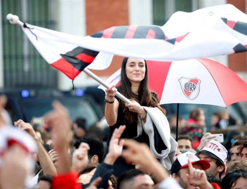 Aficionados del River Plate abarrotan la Puerta del Sol de Madrid, un día antes de la final de la Copa Libertadores que el equipo disputará mañana frente al Boca Juniors en el estadio Santiago Bernabéu.- EFE