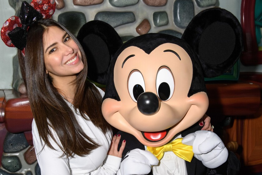 Roselyn Sánchez y Mickey Mouse.