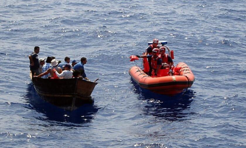 Fotografía del 18 de mayo, 2007 divulgada por la Guardia Costera de EEUU que muestra el momento en que varios balseros cubanos son interceptados por los guardias estadounidenses unas 82 millas al suroeste de Cayo Hueso, Florida. EFE/USO EDITORIAL SOLAMENTE/NO VENTAS