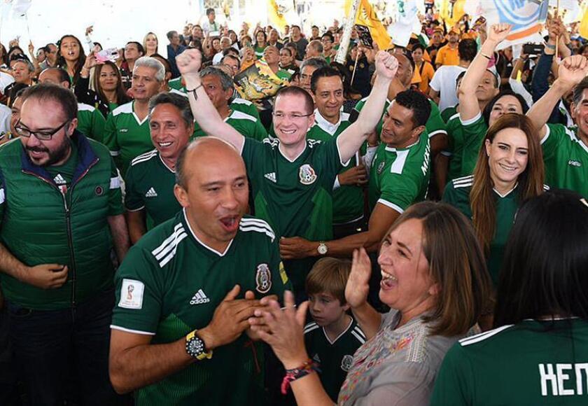 Fotografía cedida por prensa del candidato a la presidencia de México, Ricardo Anaya (c), mientras celebra hoy, domingo 17 de junio de 2018, la anotación de la selección de México ante su similar de Alemania, en Ciudad de México (México). EFE/PRENSA CANDIDATO/SOLO USO EDITORIAL