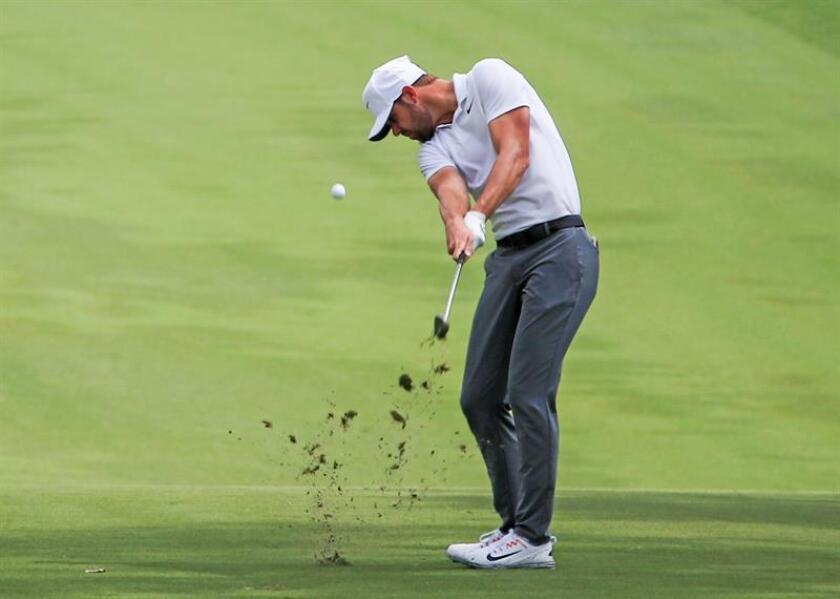 En la imagen un registro del golfista estadounidense Kevin Tway, quien lidera con 131 golpes acumulados (13 bajo el par)- el Abierto de Canadá. EFE/Archivo