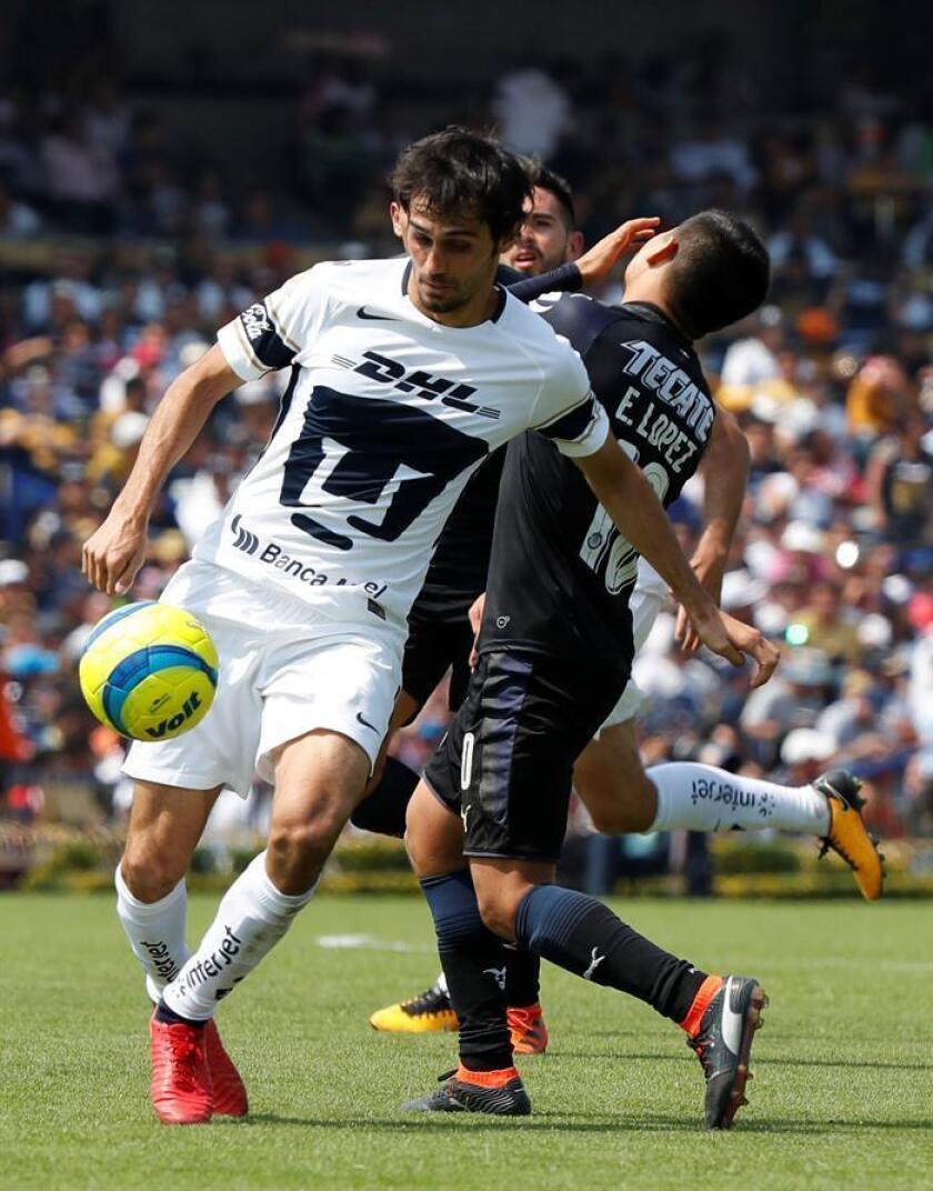 El jugador de Pumas Alejandro Arribas (i) disputa un balón con Javier López (d) de Chivas durante un juego en el estadio Olímpico Universitario, en Ciudad de México (México). EFE/Archivo
