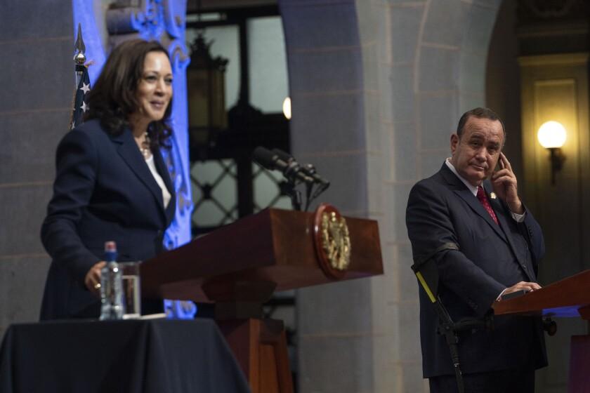 El presidente guatemalteco Alejandro Giammattei, a la derecha, escucha a la vicepresidenta Kamala Harris