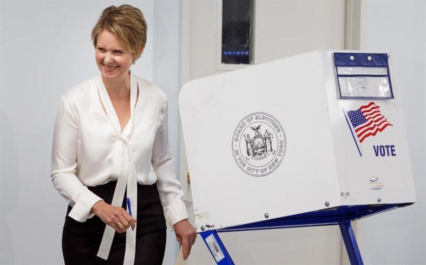 La candidata demócrata Cynthia Nixon sonríe tras votar en Nueva York (EE.UU), hoy, 13 de septiembre de 2018. EFE